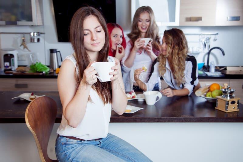 Os amigos bebem o chá e o café na cozinha, retrato fotos de stock royalty free