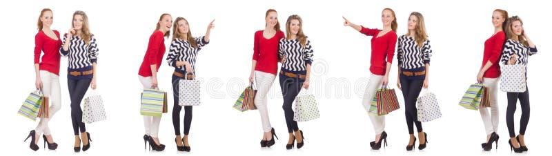Os amigos com os sacos de compras isolados no branco fotografia de stock royalty free