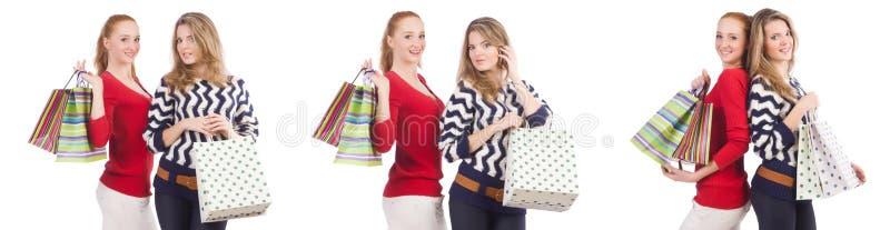 Os amigos com os sacos de compras isolados no branco imagem de stock