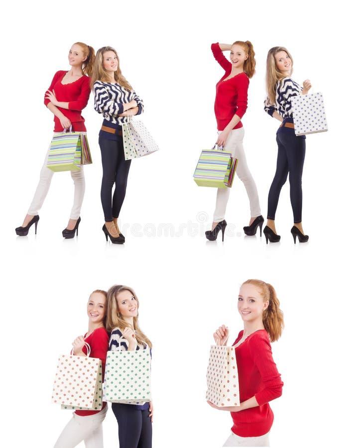 Os amigos com os sacos de compras isolados no branco imagens de stock