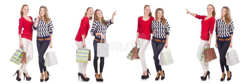 Os amigos com os sacos de compras isolados no branco fotos de stock royalty free
