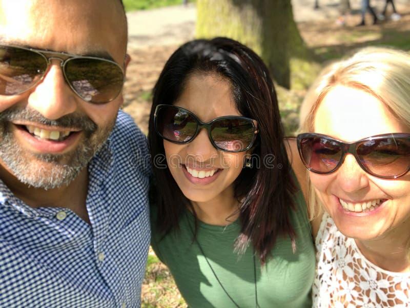 Os amigos da raça misturada tomam um selfie do grupo imagem de stock royalty free