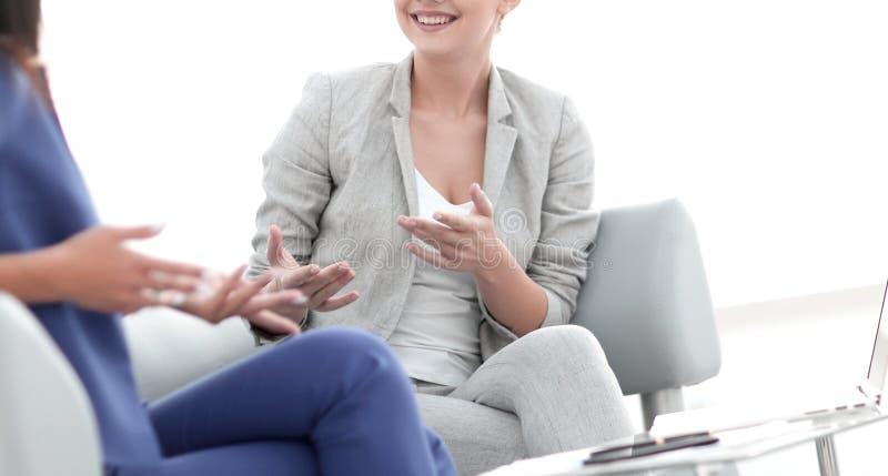 Os amigos fêmeas atrativos que conversam durante um escritório quebram fotografia de stock