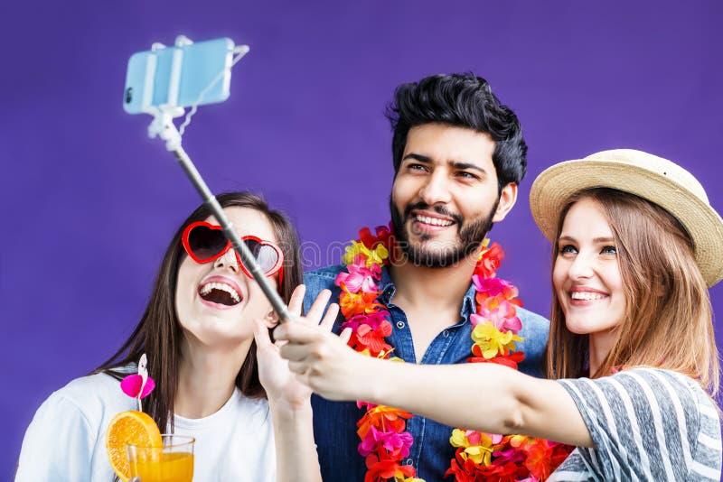 Os amigos fazem Selfie fotos de stock royalty free