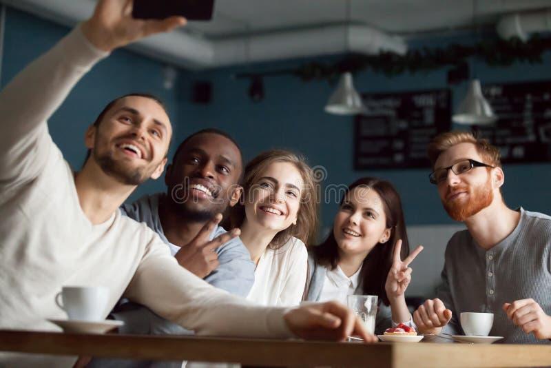 Os amigos felizes sorriem fazendo o selfie no smartphone imagens de stock