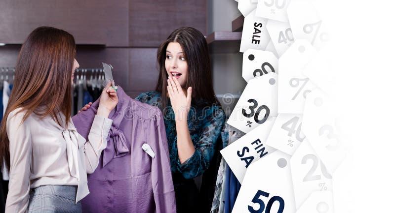Os amigos gostam de preços de liquidação total especiais fotos de stock royalty free