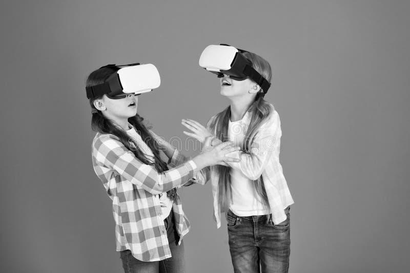 Os amigos interagem no vr Explore a realidade alternativa O futuro esta presente Espa?o do Cyber e jogo virtual Realidade virtual imagem de stock