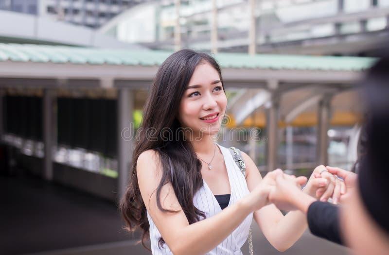 Os amigos que dão a mão a mulher deprimida, incentivam, conceito mental dos cuidados médicos foto de stock royalty free