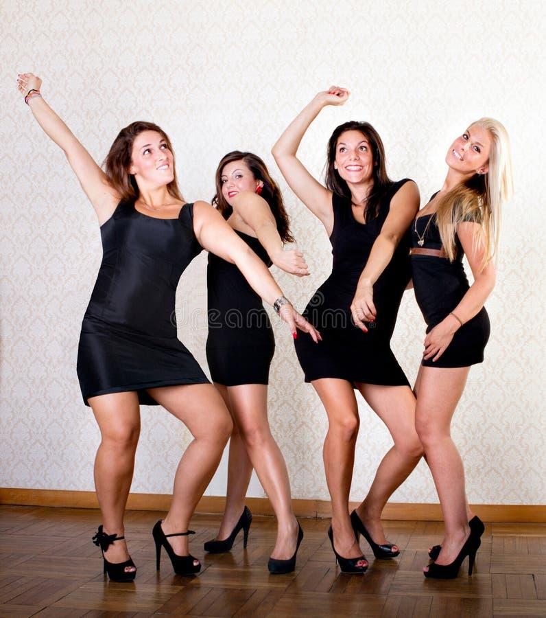 Os amigos 'sexy' das mulheres dançam no partido imagem de stock royalty free