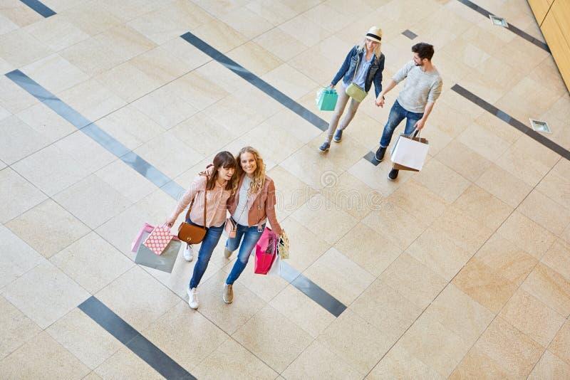 Os amigos vão para shopping spree fotos de stock royalty free