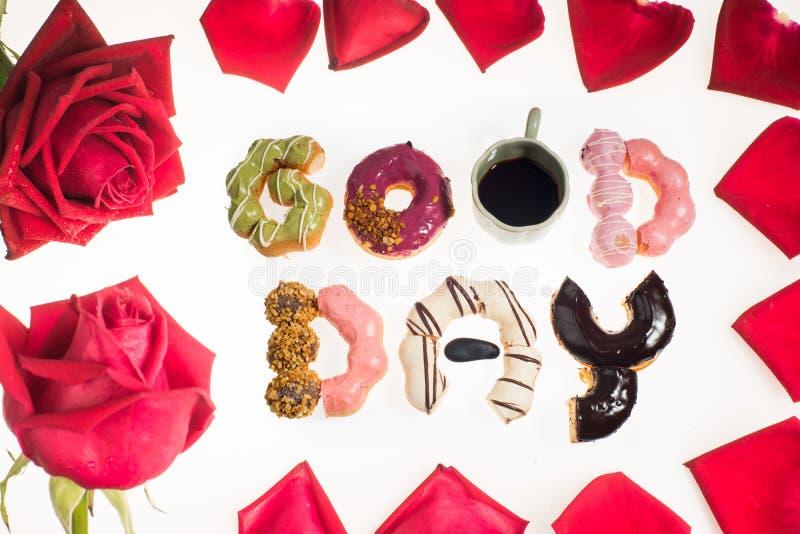 Os anéis de espuma do bom dia assinam dentro o quadro da rosa do vermelho fotografia de stock