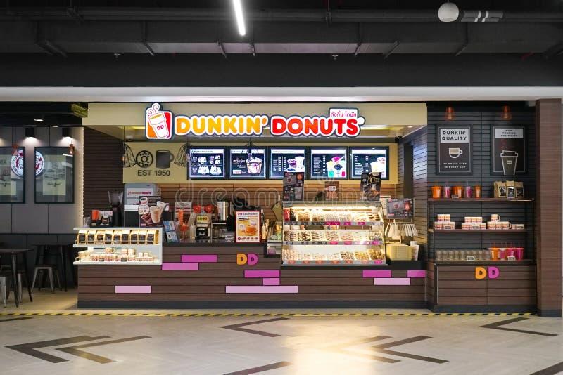 Os anéis de espuma do ` de Dunkin compram dentro da alameda Banguecoque do metro no subsolo fotos de stock