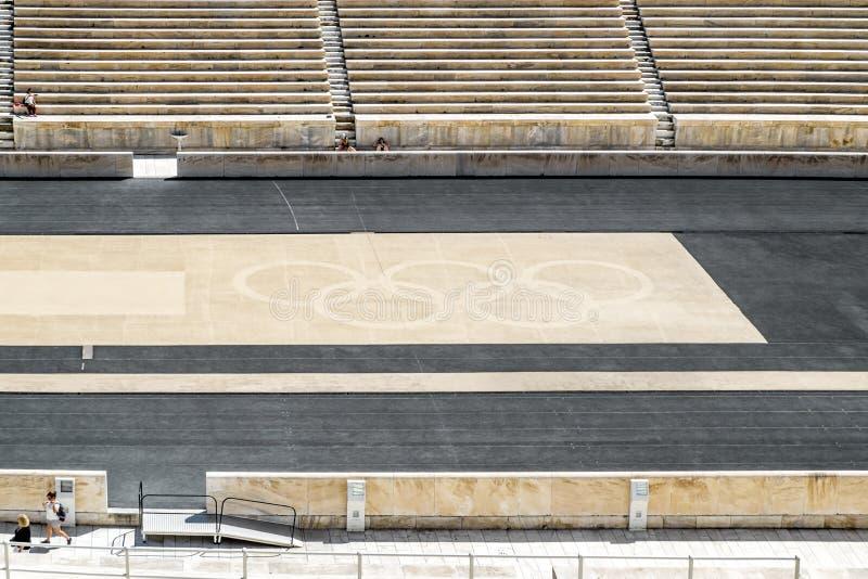 Os anéis olímpicos do estádio do Panathenaic em Atenas fotos de stock royalty free