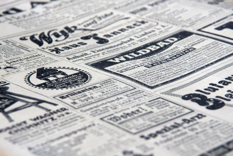 Os anúncios de jornal velhos fotos de stock royalty free