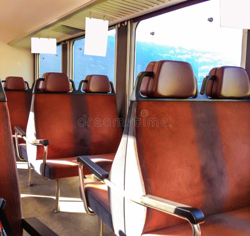 Os anúncios internos vazios penduram a placa no trem ou no ônibus, pronto para a propaganda foto de stock royalty free