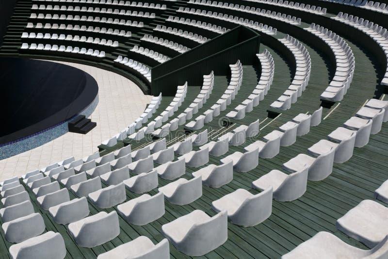 Os anfiteatros de um anfiteatro exterior moderno, de uma fase para eventos divertidos pequenos, de desempenhos, de concertos ou d imagem de stock