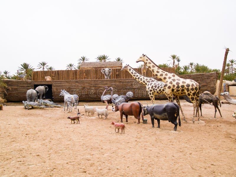 os animais escalam na arca de Noah, parque pré-histórico em Tunísia, a foto de stock