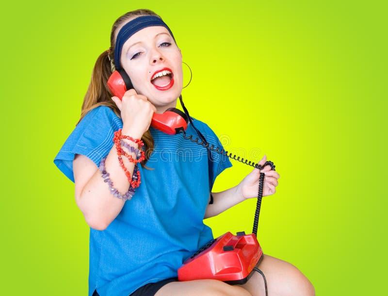Os anos 80 denominam a menina adolescente que fala no telefone foto de stock royalty free