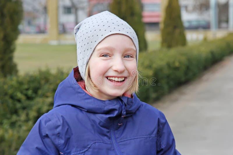 Os anos de idade alegres da menina 9-11 do preteen que riem em uma caminhada fora fotografia de stock royalty free