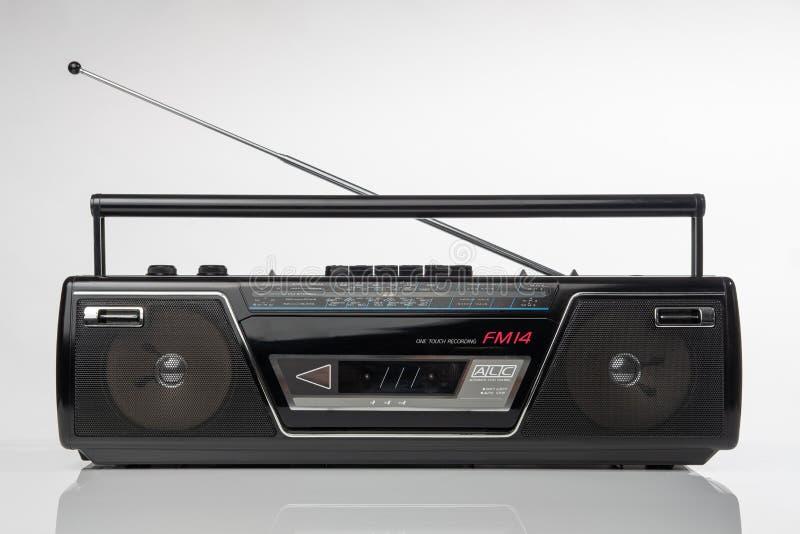 os anos 80 denominam o leitor de cassetes de rádio imagens de stock
