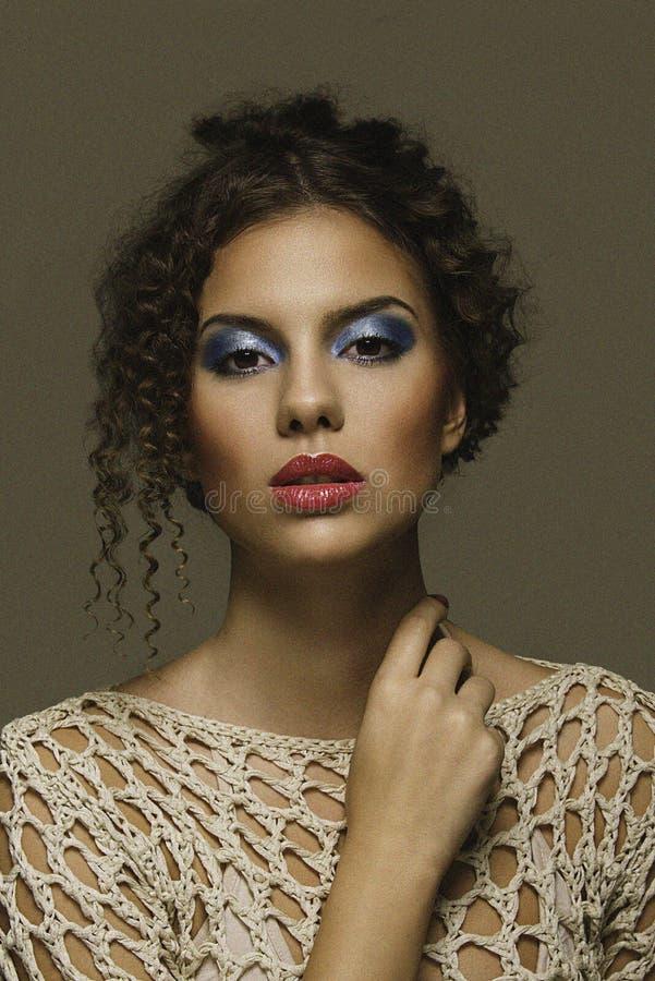 Os anos setenta compõem o estilo pronto para o modelo bonito da menina do conceito editorial da beleza imagens de stock