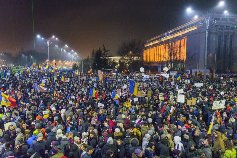 Os anti protestos os mais grandes da corrupção em Bucareste fotos de stock