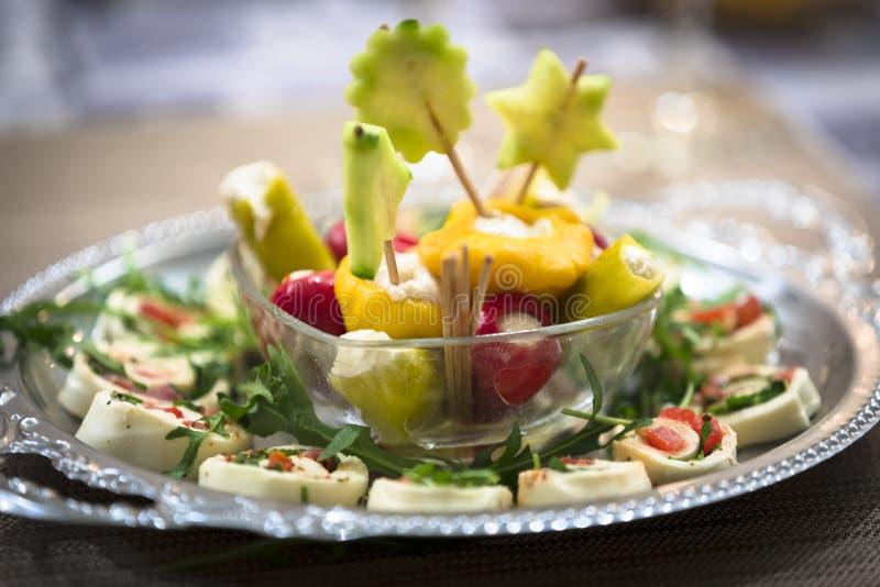 Os antipasti/aperitivos misturados serviram como o acionador de partida no Natal e em anos de véspera novos imagem de stock