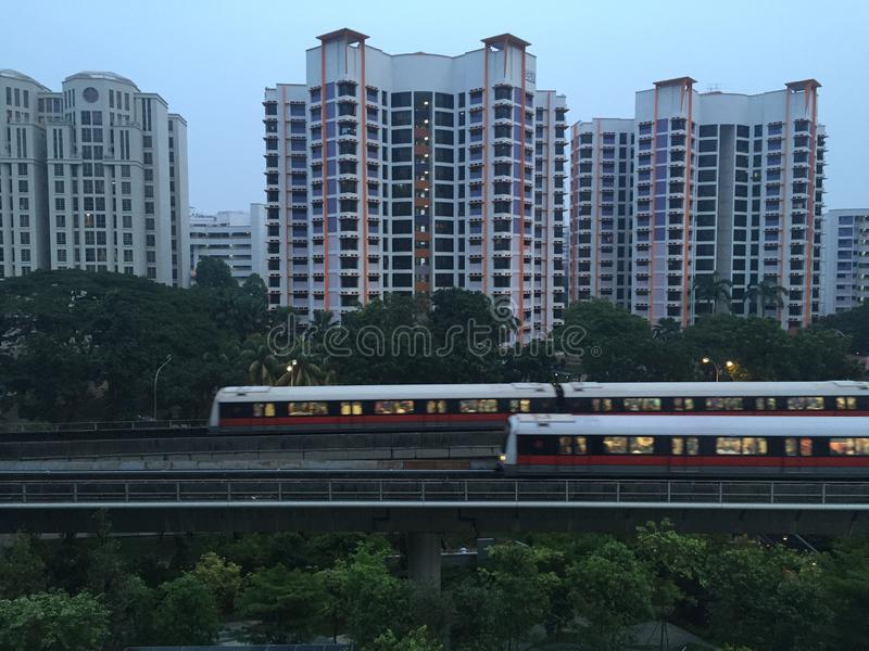 Os apartamentos do condomínio com MRT treinam a passagem na manhã fotografia de stock royalty free