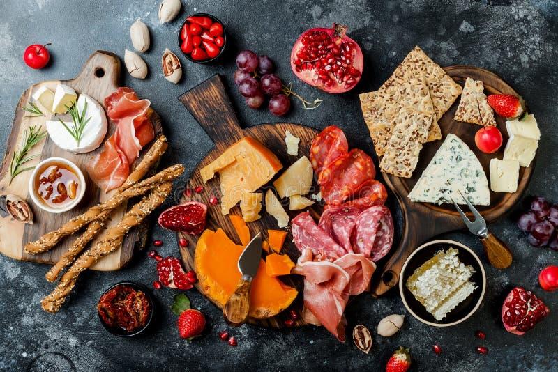 Os aperitivos apresentam com os petiscos italianos dos antipasti Brushetta ou tapas espanhóis tradicionais autênticos ajustado foto de stock