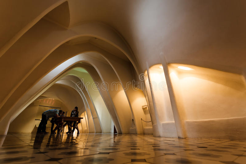 Os arcos parabólicos projetaram por Gaudi nas casas Batllo imagem de stock royalty free