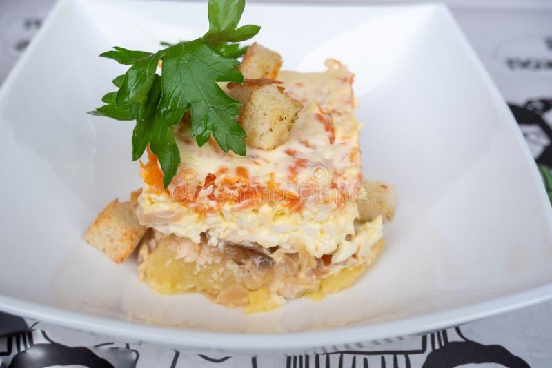 Os arenques mergulhados da salada dos peixes com vegetais temperaram com maionese e decorado com pão torrado imagem de stock