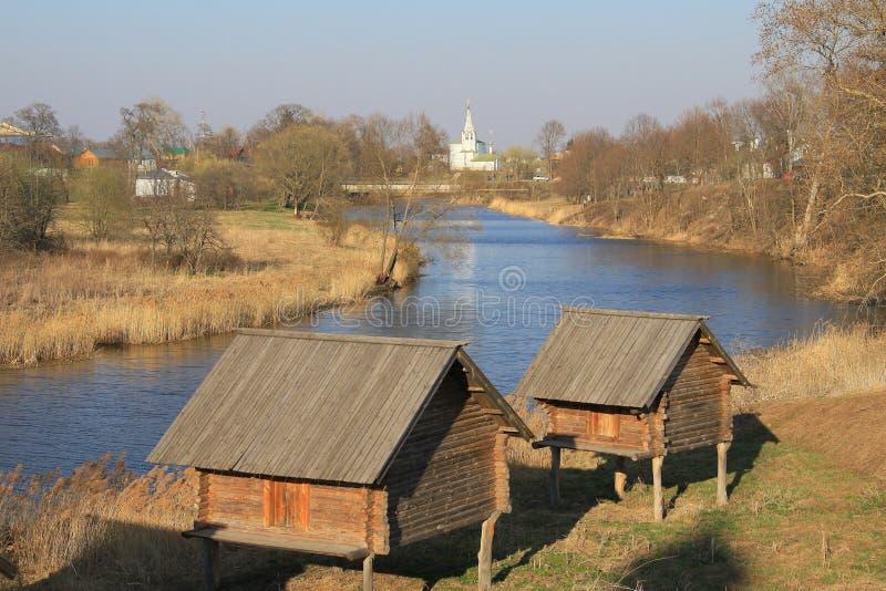 Os armazéns aproximam o rio imagem de stock royalty free