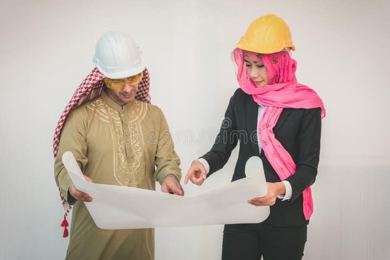 Os arquitetos árabes estão planejando o projeto novo foto de stock