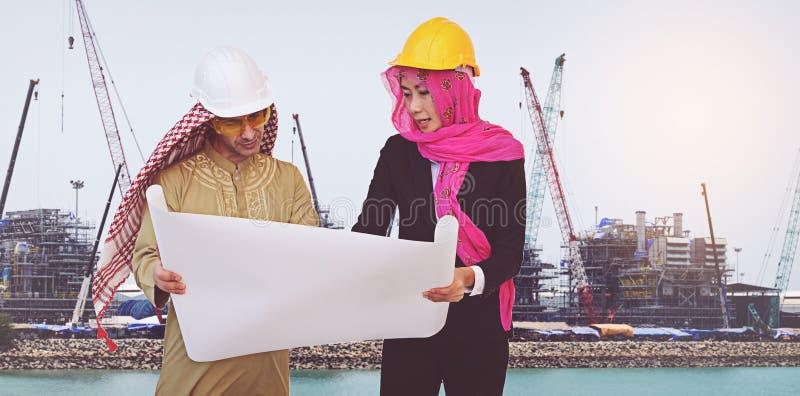 Os arquitetos árabes estão planejando o projeto novo foto de stock royalty free