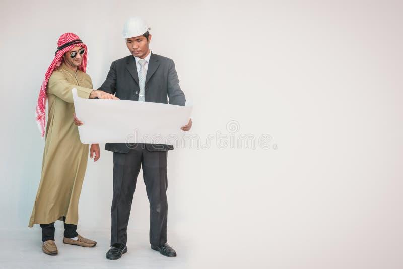 Os arquitetos e o contramestre árabes estão planejando o projeto novo imagens de stock royalty free