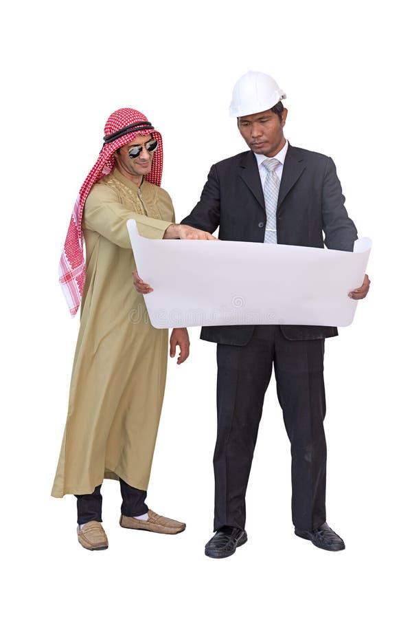 Os arquitetos e o contramestre árabes estão planejando o projeto novo b isolado fotos de stock