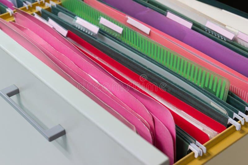 Os arquivos documentam de pastas de arquivos de suspensão em uma gaveta em uma pilha inteira imagem de stock royalty free