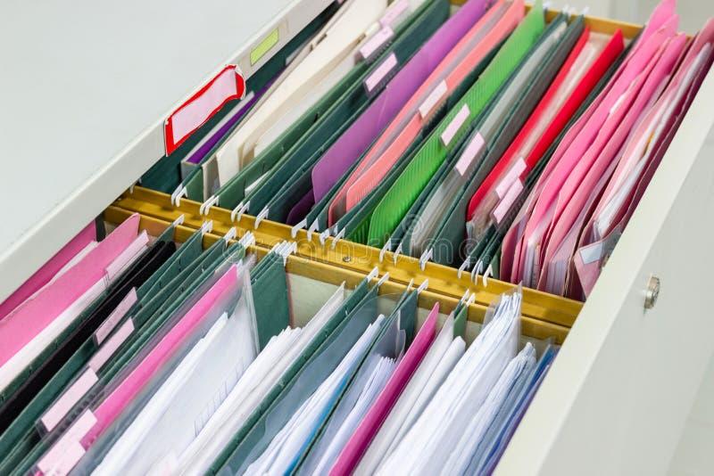 Os arquivos documentam de pastas de arquivos de suspensão em uma gaveta em uma pilha inteira fotografia de stock royalty free