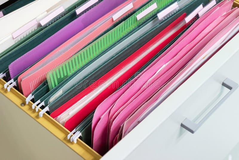 Os arquivos documentam de pastas de arquivos de suspensão em uma gaveta em uma pilha inteira imagens de stock royalty free