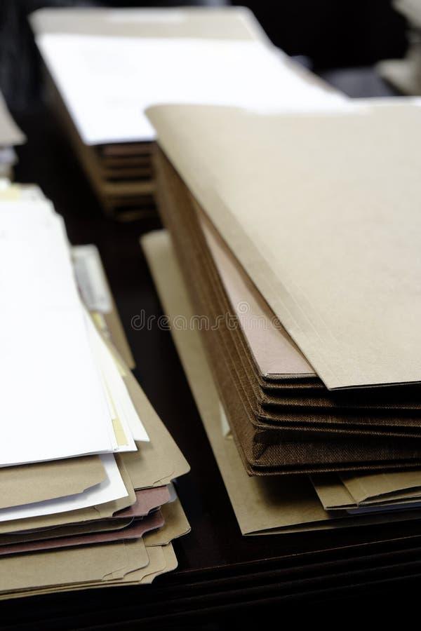 Os arquivos e os dobradores na mesa funcionam a informação ocupada foto de stock royalty free