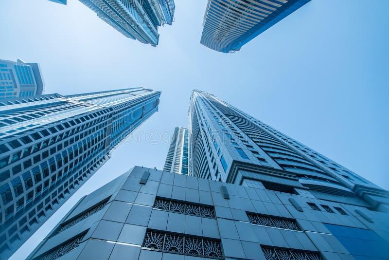Os arranha-céus altos do porto de Dubai nos uae foto de stock royalty free