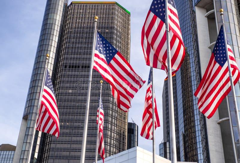 Os arranha-céus de RenCen do centro do renascimento cercados por bandeiras americanas em Detroit do centro, Michigan, EUA fotografia de stock