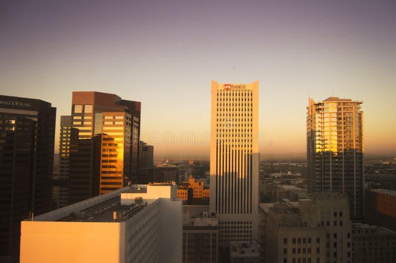 Os arranha-céus em Phoenix central no nascer do sol morno iluminam-se imagens de stock