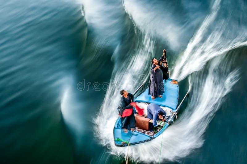 Os artesãos egípcios vendem aos turistas que cruzam perto em Nile River imagem de stock royalty free