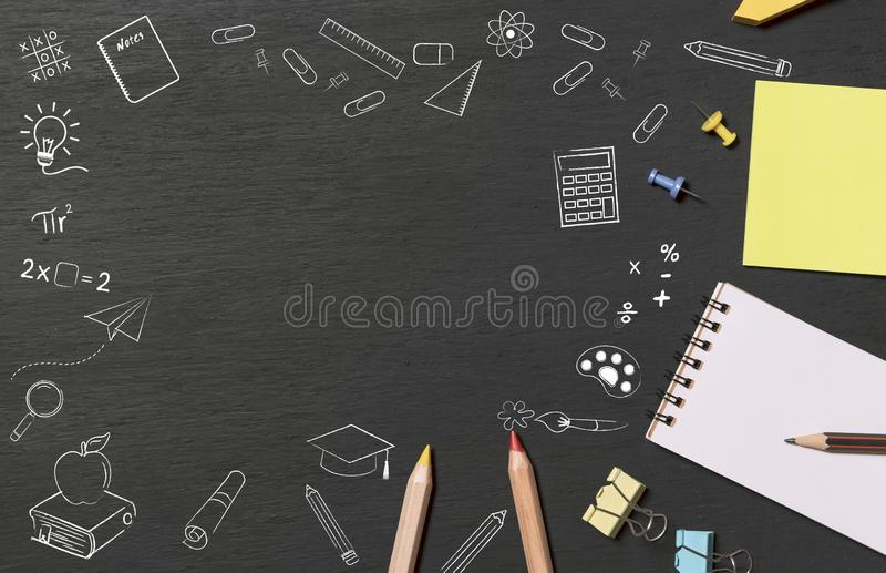 Os artigos de papelaria na opinião superior do quadro com acessórios da educação rabiscam o desenho Fundo da bandeira fotos de stock royalty free