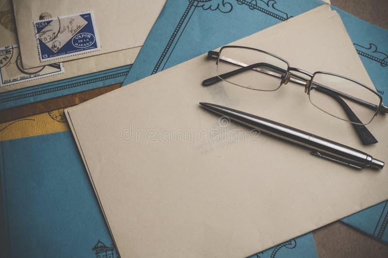Os artigos de papelaria postais estão na tabela foto de stock royalty free