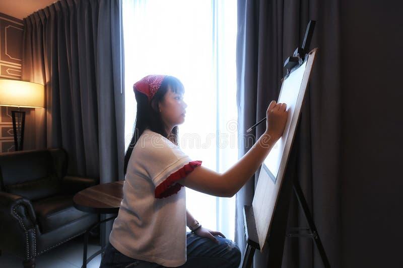 Os artistas adolescentes da menina estão tirando imagens de stock royalty free