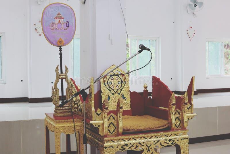 Os assentos para monges são feitos da madeira bonita modelada com placas de ouro fotografia de stock royalty free
