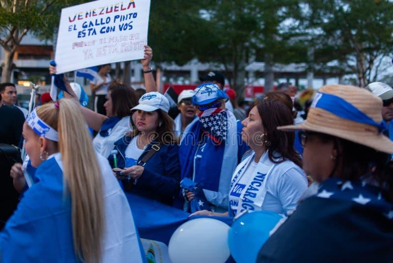 Os ativistas recolhem na celebração durante um protesto a favor de Juan Guaido, que se declarou o presidente provisório dos count foto de stock