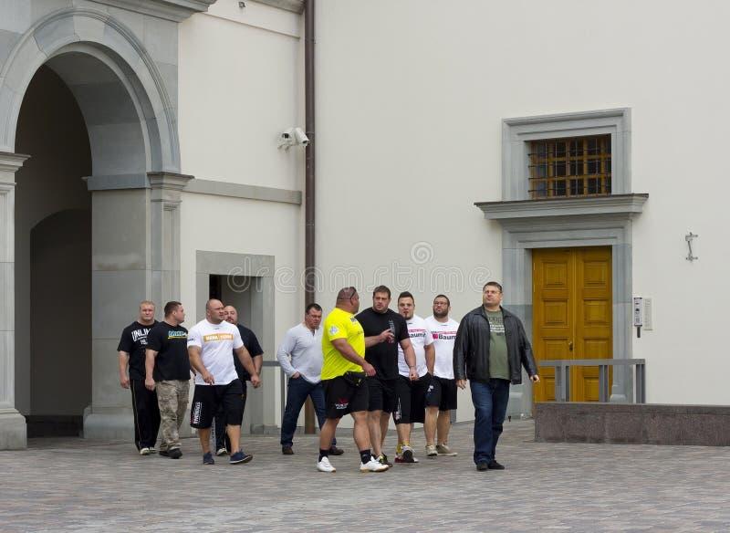 Os atletas andam no palácio do presidente imagem de stock